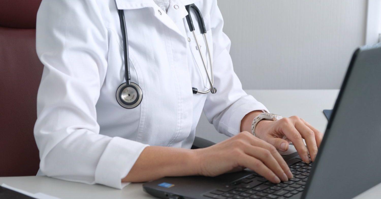 Médecin qui tape à l'ordinateur